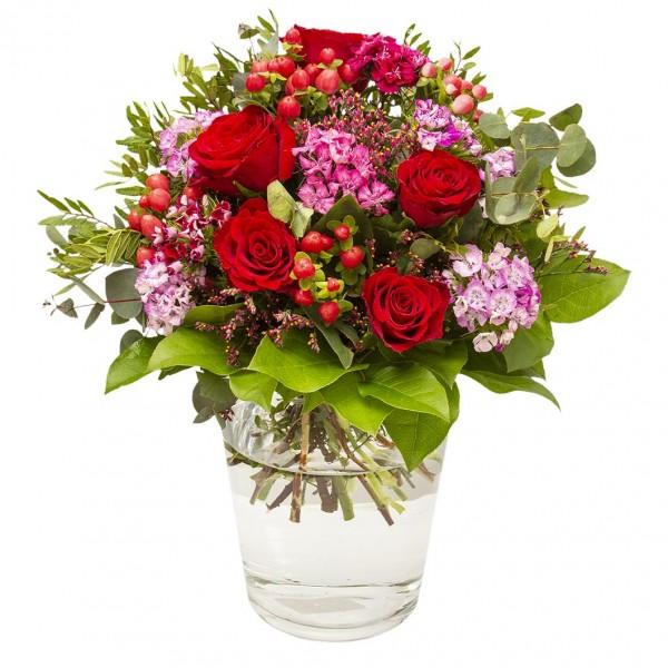 """Beste Wünsche für alle Lebenslagen! Dieser schöne Strauß in Rosa- und Rottönen gehalten, eignet sich perfekt um seinen Liebsten einmal """"Danke"""" zu sagen. Ein rundgebundener Strauß mit roten Rosen, rosa Bartnelken, Hypericum, Eukalyptus und frischem Grün."""